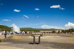 Oude Gelovige geiser in Yellowstone Stock Afbeelding