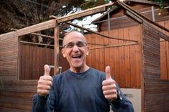 Oude gelukkige mens stock foto's