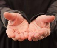 Oude gerimpelde handen die iets aanbieden Royalty-vrije Stock Afbeelding