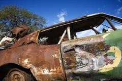 Oude geroeste auto. stock fotografie