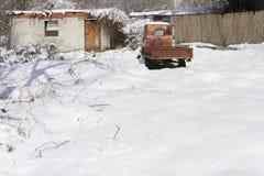 oude geroeste vrachtwagen in de sneeuw Stock Afbeeldingen