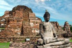 Oude geruïneerde de pagodetempel van Boedha met bewolkte witte hemel in Ayuthaya Thailand Stock Afbeelding