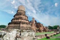 Oude geruïneerde de pagodetempel van Boedha met bewolkte witte hemel in Ayuthaya Thailand Stock Fotografie