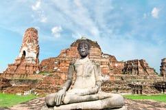 Oude geruïneerde de pagodetempel van Boedha met bewolkte witte hemel in Ayuthaya Thailand Royalty-vrije Stock Foto's