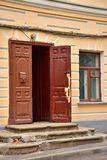 Oude geruïneerde portiek met bruine houten deur royalty-vrije stock fotografie