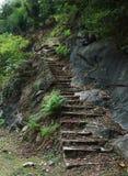 Oude geruïneerde treden in de bergen Stock Foto