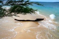 Oude geruïneerde vissersboot bij zandige bank Royalty-vrije Stock Afbeelding