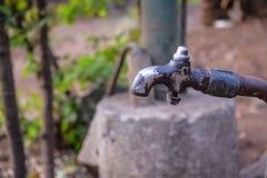 Oude geruïneerde waterkraan in het dorp in India royalty-vrije stock foto