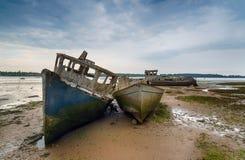 Oude gesloopte boten op de Rivier Orwell stock foto's