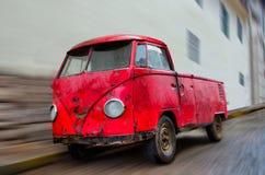 Oude Gesloopte Rode Van Parked op Straat met Onduidelijk beeld Stock Foto
