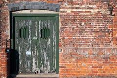 Oude gesloten dok zijdeuren Stock Foto's