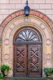 Oude, gesloten houten deur met gesneden ornamenten, glastussenvoegsels Stock Foto