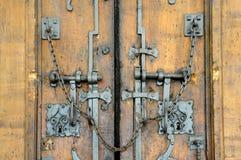 Oude gesloten houten poort royalty-vrije stock afbeelding