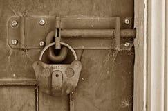 Oude gesloten loodsdeur Stock Afbeelding