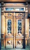 Oude gesneden houten deuren. royalty-vrije stock afbeeldingen