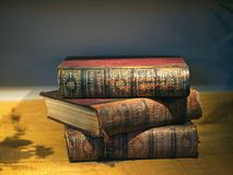 Oude gestapelde boekenencyclopedie Britannica stock foto's