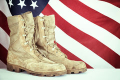 Oude gevechtslaarzen met Amerikaanse vlag Stock Foto's