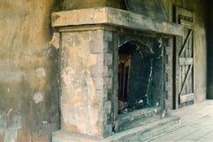 Oude geworpen steenopen haard voor een brand stock afbeelding