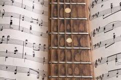 Oude gitaar en nota's Stock Afbeeldingen