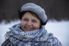 Oude glimlachende Russische vrouw die zich buiten bevinden Royalty-vrije Stock Fotografie