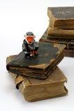 Oude godsdienstige boeken en aap Stock Foto