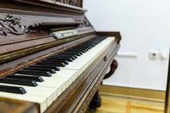 oude goed-bewaarde oude piano royalty-vrije stock afbeeldingen