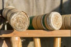 Oude goed-gebruikte Croquethouten hamers in een rek, close-up royalty-vrije stock foto's