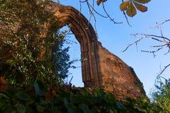 Oude gotische boog in verlaten Klooster Royalty-vrije Stock Fotografie