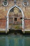 Oude gotische ingang van een Venetiaans gebouw met weinig intern hof door een kanaal, Venetië, Italië royalty-vrije stock foto