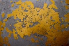 Oude gouden en zilveren grungemuur met schilverf Stock Afbeeldingen
