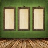 Oude gouden frames Victoriaanse stijl op de muur Stock Afbeeldingen