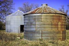 Oude graanvoederbakken op een oud landbouwbedrijf stock foto's