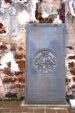 Oude Grafsteen bij de Ruïnes van de Kerk Royalty-vrije Stock Afbeeldingen
