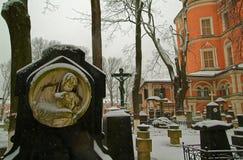 Oude grafsteen op de achtergrond van Orthodoxe Kerk Stock Afbeeldingen