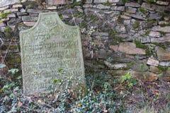 Oude grafsteen op een Joodse begraafplaats royalty-vrije stock afbeelding