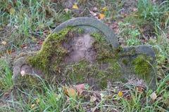 Oude grafsteen op een Joodse begraafplaats stock afbeelding