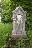 Oude grafstenen in een begraafplaats onder de bloeiende bomen Stock Fotografie