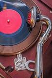 Oude grammofoon op menings zeer dichte omhooggaand Royalty-vrije Stock Afbeeldingen