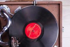 Oude grammofoonspeler, close-up Retro gestileerd beeld van een inzameling van oud vinylverslag lp ` s met kokers stock foto