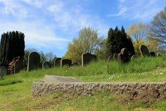 Oude graven in begraafplaats stock fotografie