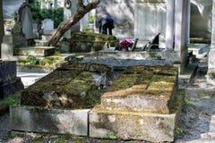 oude graven in begraafplaats pere-Lachaise Stock Fotografie