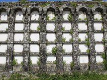 Oude graven in een begraafplaats in Spanje Stock Foto's