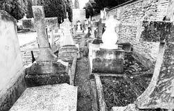 Oude graven met kruisen stock foto's