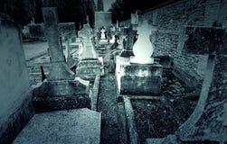 Oude graven met kruisen stock foto