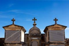 Graven en kruis in de begraafplaats Stock Afbeeldingen