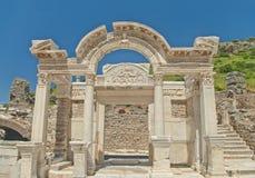 Oude Griekse de bouwvoorgevel met kolommen Royalty-vrije Stock Foto's