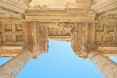 Oude Griekse de bouwvoorgevel vanuit lage invalshoek Royalty-vrije Stock Foto's
