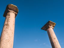 Oude Griekse kolommen - oude ruïnes van Philippi stock foto's