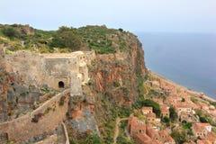 Oude Griekse stad Monemvasia bij kust Stock Afbeeldingen