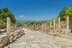 Oude Griekse steeg met kolommen stock afbeeldingen